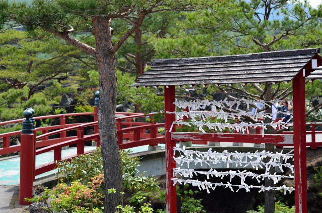 浅間山の押出し園の赤い橋