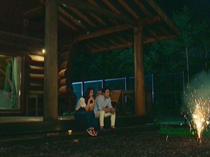 コテージの夜のテラスで談話する貸別荘ルネス軽井沢