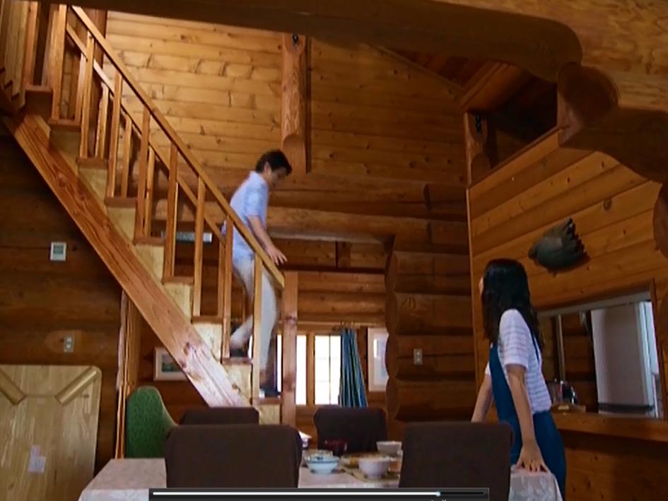 滝沢秀明さんがグレースの2階ロフトから降りてくる