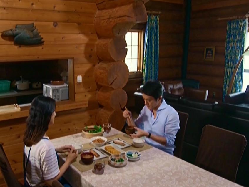 グレースのダイニングテーブルで食事を楽しむ武井咲さんと滝沢秀明さん