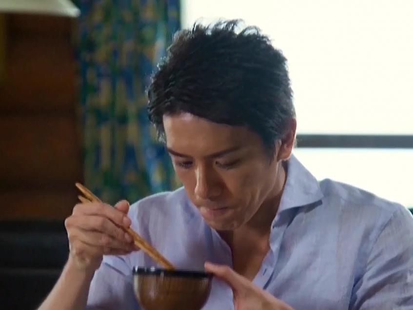 滝沢秀明さんが味噌汁をすするログスィートコテージ「グレース」