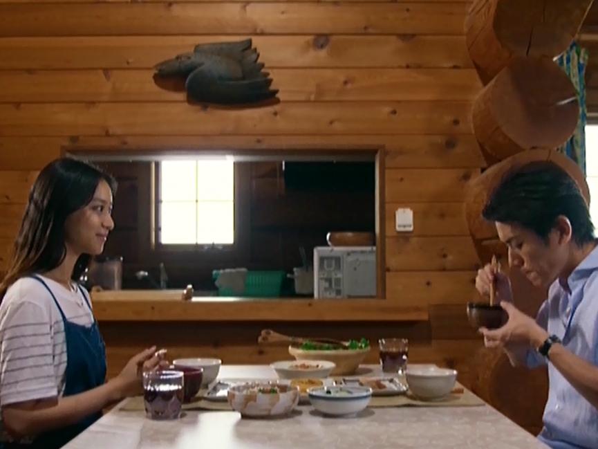 グレースのダイニングで滝沢秀明さんと武井咲さんが食事をするシーン
