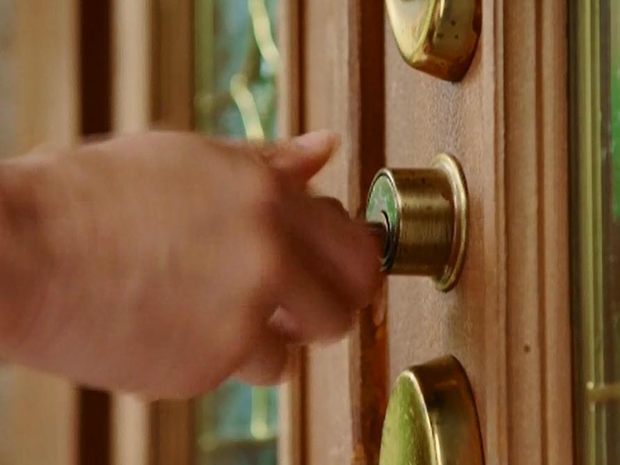 滝沢秀明さんの手がグレースの玄関ドアにかかる