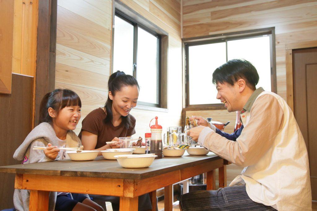 コテージで食事を楽しむ貸別荘ルネス軽井沢