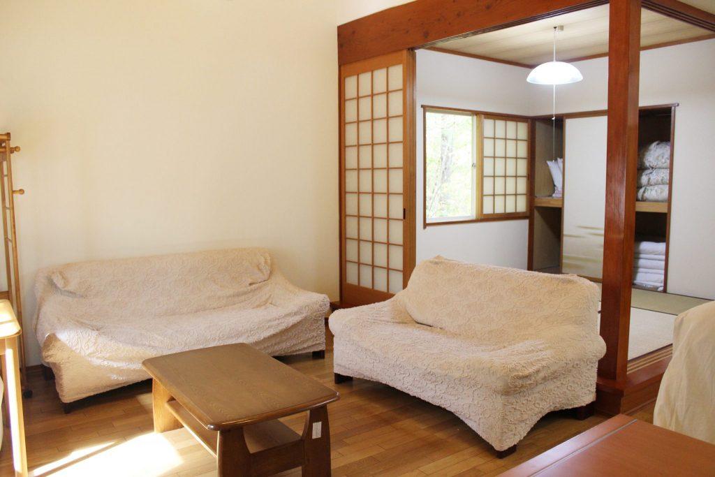 ロイヤルスィート「オーロラ」のリビングそばの和寝室