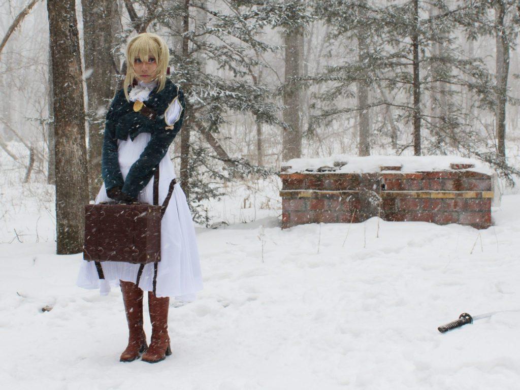 雪降る中のコテージ裏の庭で撮影