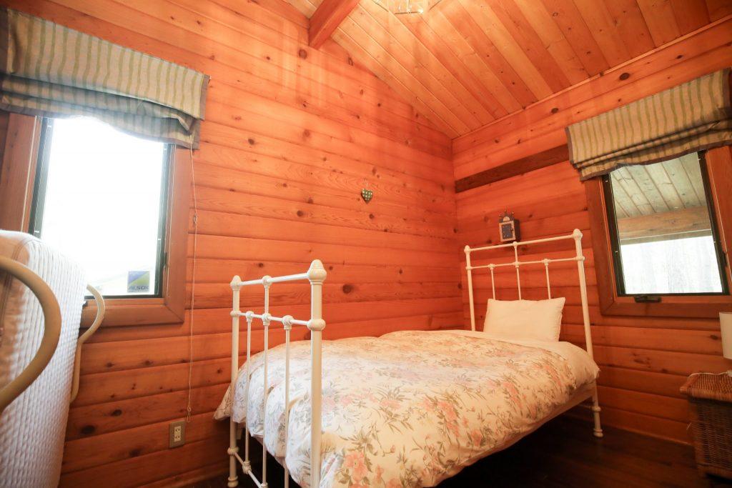 アンのシングルベッドルーム