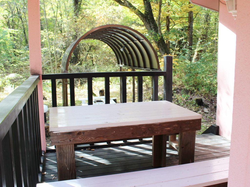 ロイヤルタイプコテージ「エクセル」のバルコニーテーブル