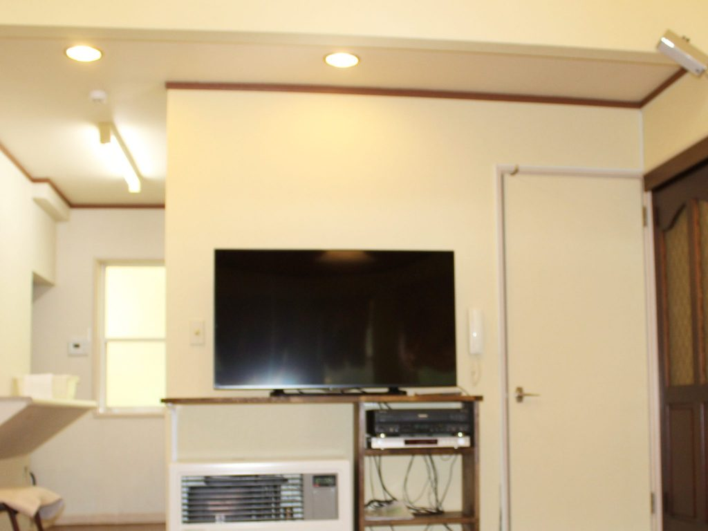 ロイヤルタイプコテージのエクセルのリビングにある大型テレビ