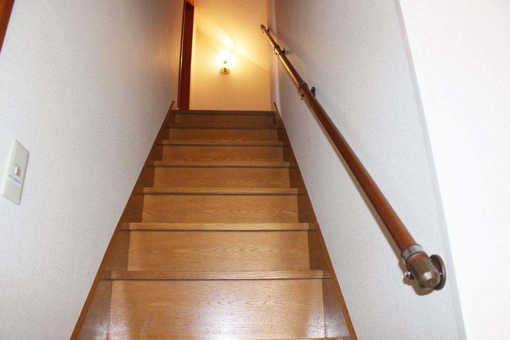 玄関から真正面にある2階への階段