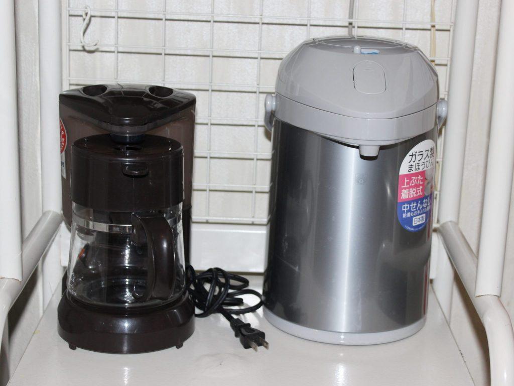 しおん星のキッチンのコーヒーメーカーとポット