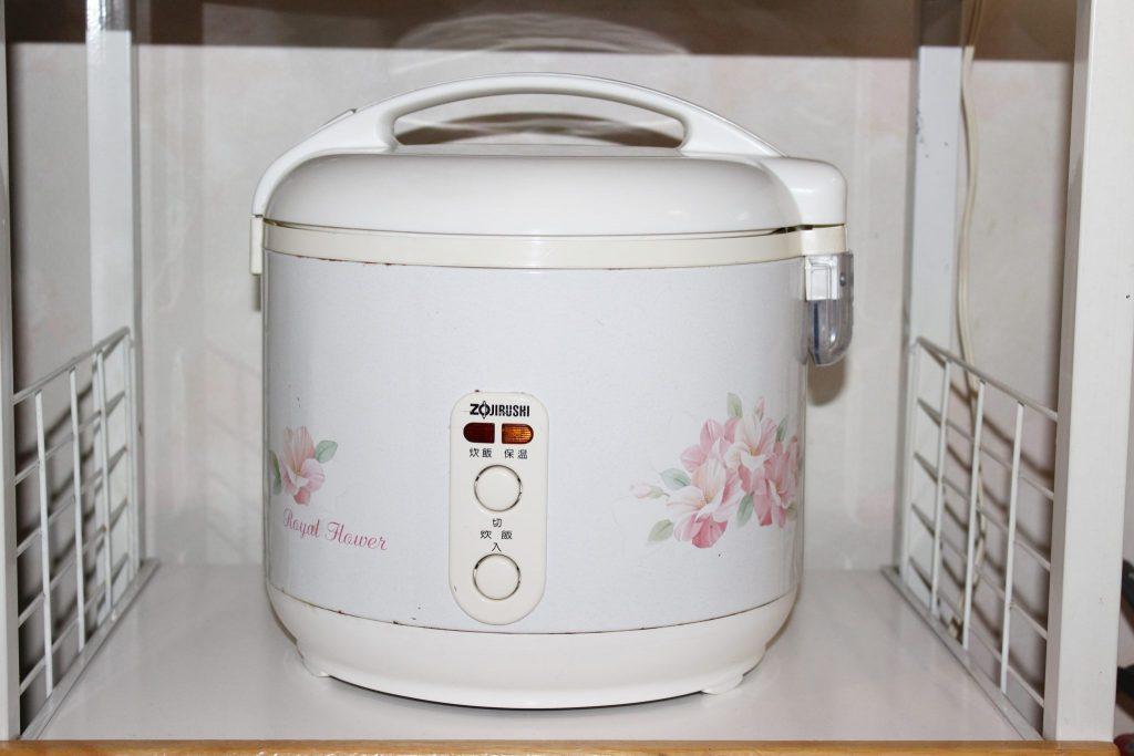 しおん星のキッチンに用意されている炊飯ジャー