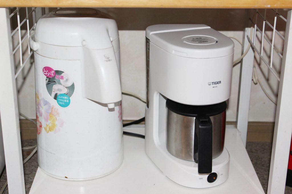 しおん虹の保温ポットとコーヒーメーカー