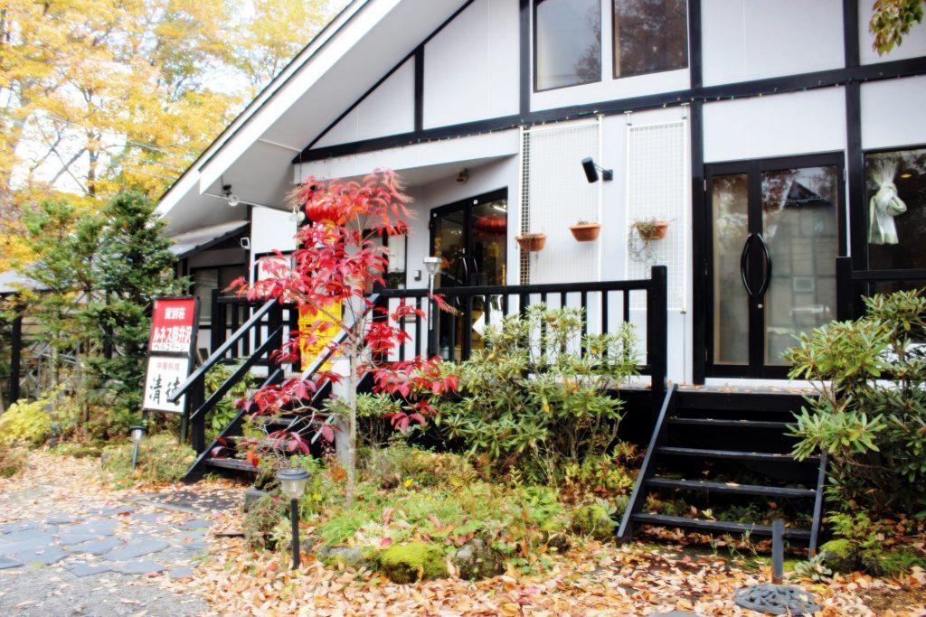 秋の貸別荘ルネス軽井沢のフロント事務所