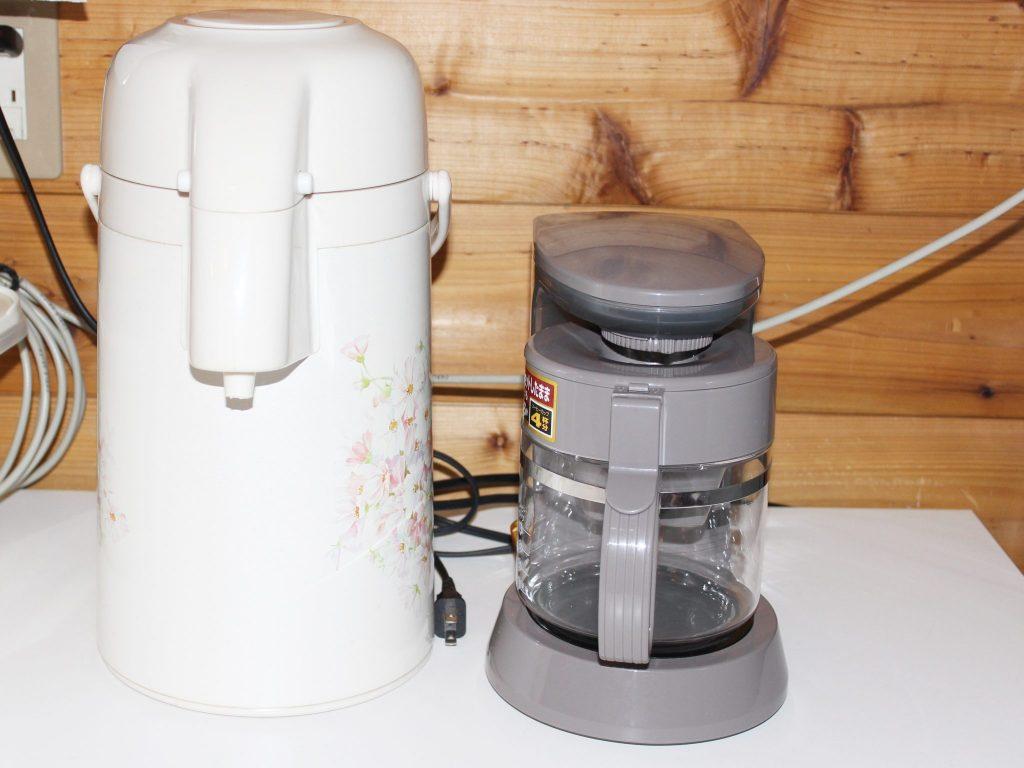 ログ調のタイプの「カール」のコーヒーメーカーとポット