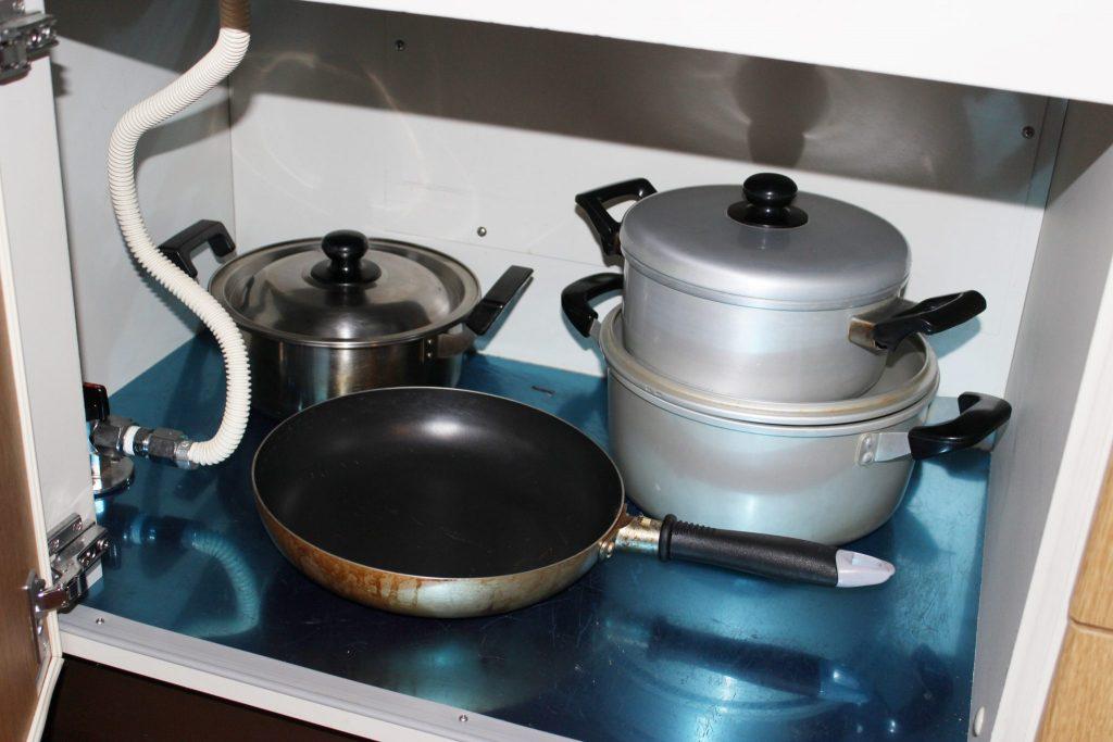 ログ調のタイプの「カール」のキッチン棚の鍋類
