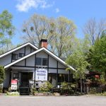 ルネス軽井沢のフロント事務所前に駐車できます。
