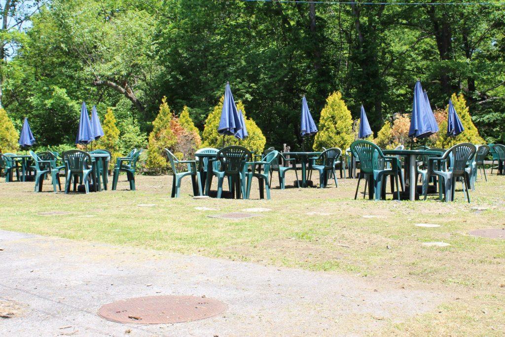 軽井沢おもちゃ王国内のアスレチックエリアの休憩スペース