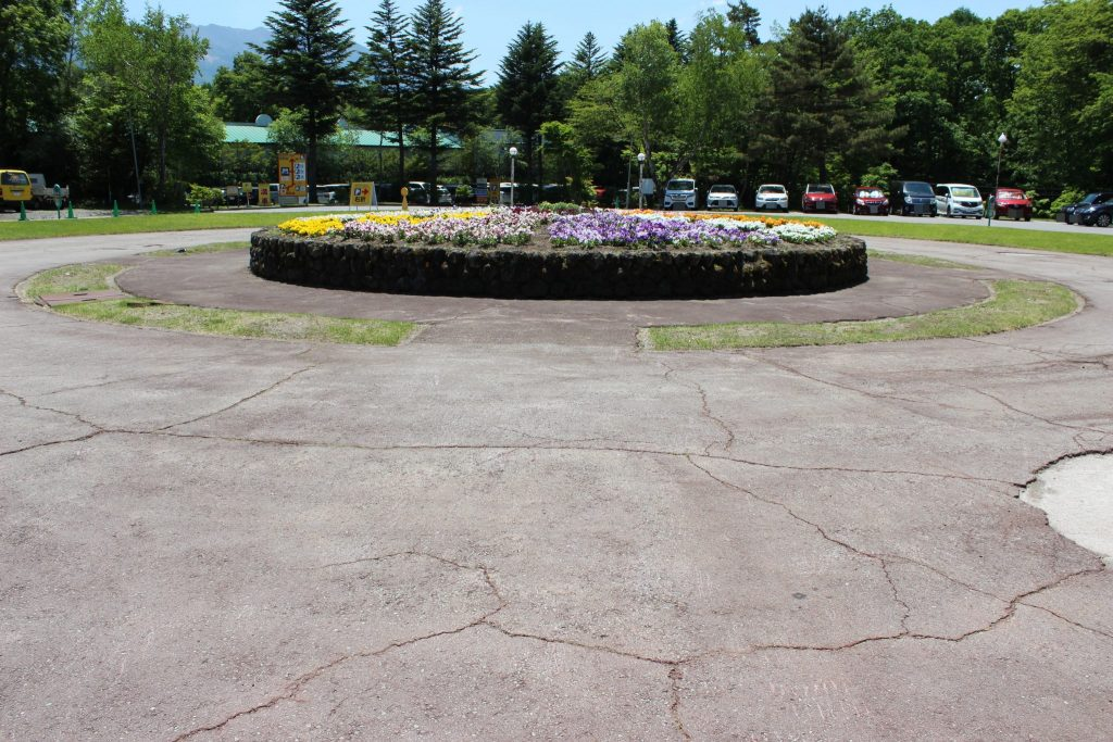軽井沢おもちゃ王国の入口前の駐車場のロータリー花壇