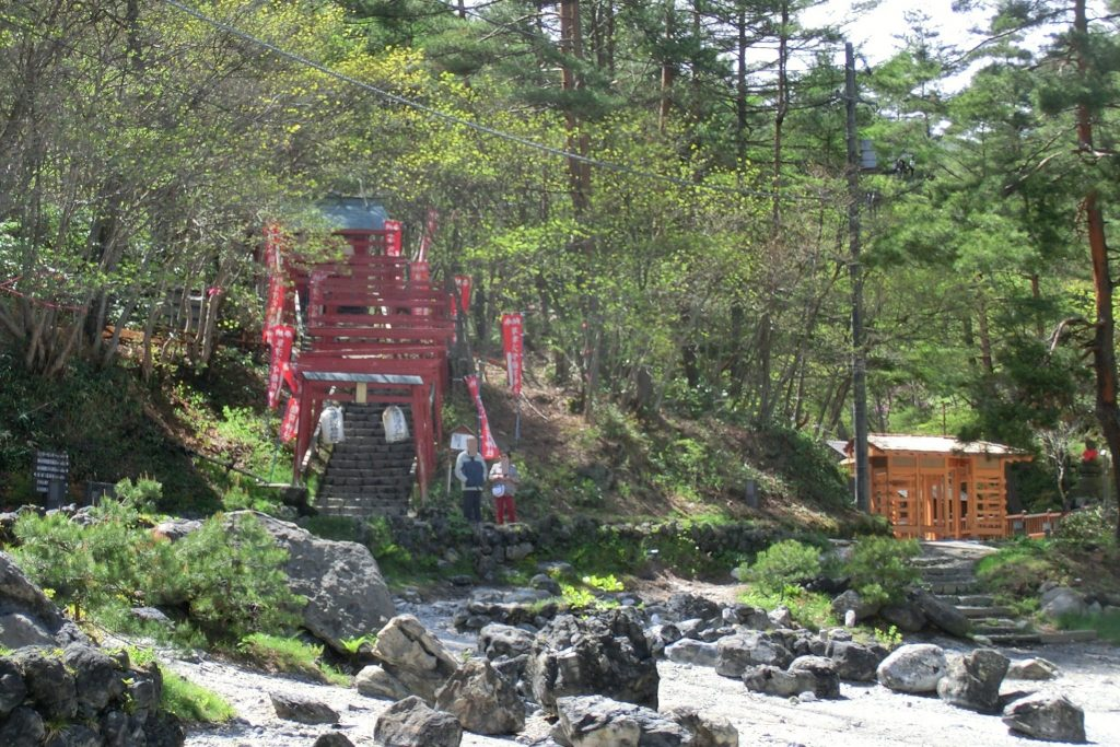 ルネス軽井沢から車で45分群馬県草津温泉西の河原公園穴守稲荷神社