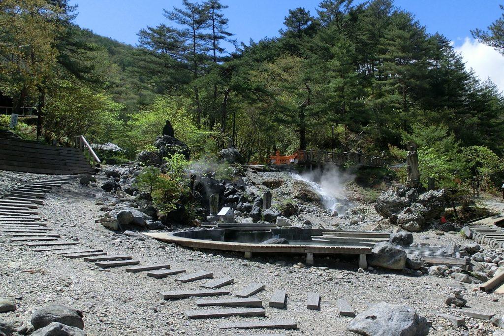 群馬県草津温泉西の河原公園湯気が立ち上がる滝
