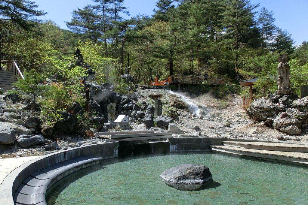 群馬県草津温泉西の河原公園足湯と不動滝