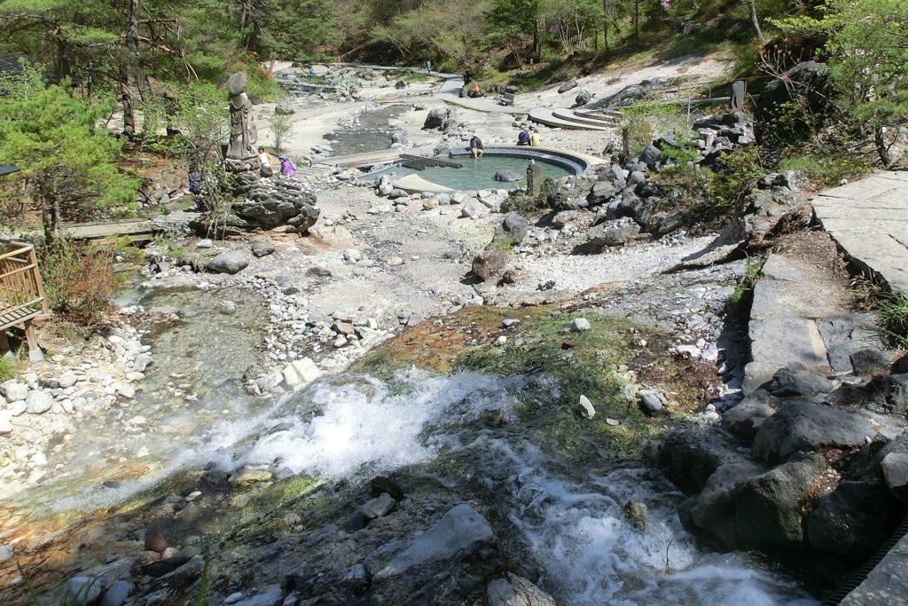 ルネス軽井沢から車で45分群馬県草津温泉西の河原公園温泉の滝と足湯