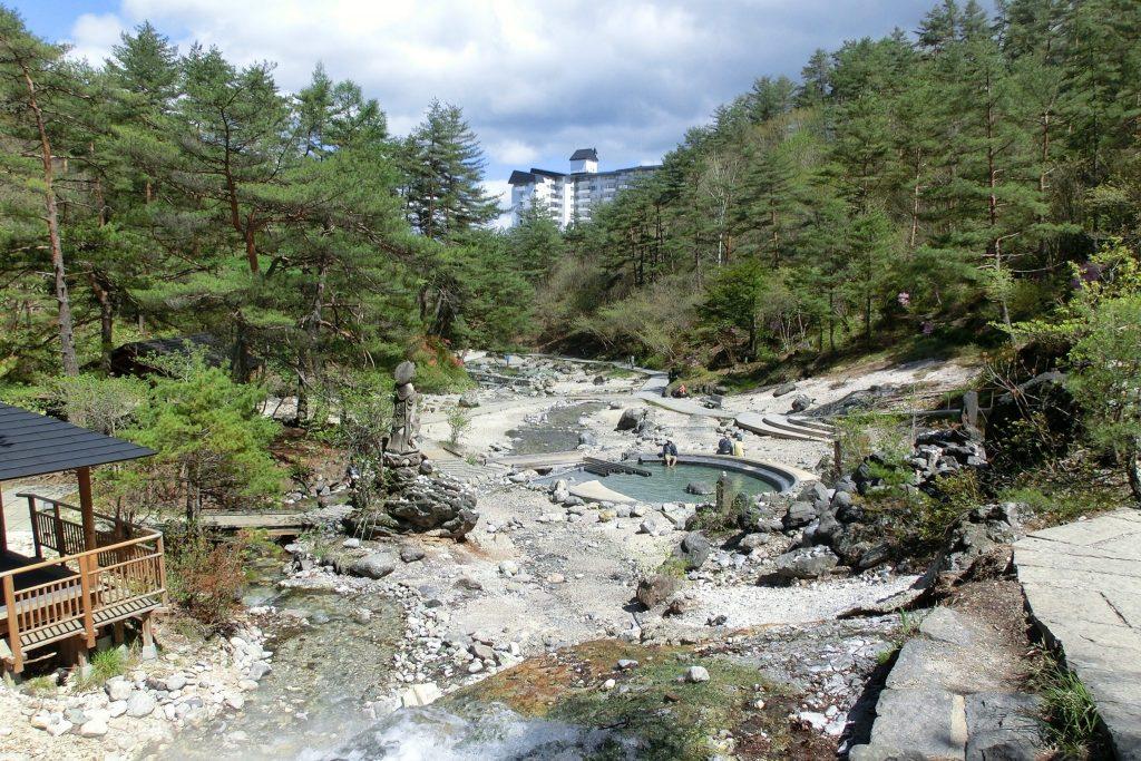 群馬県草津温泉西の河原公園湯気が立ち上る河原の散策