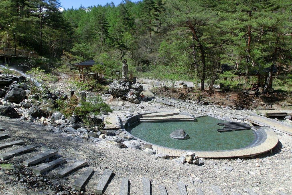 ルネス軽井沢から車で45分群馬県草津温泉西の河原広い円形の足湯