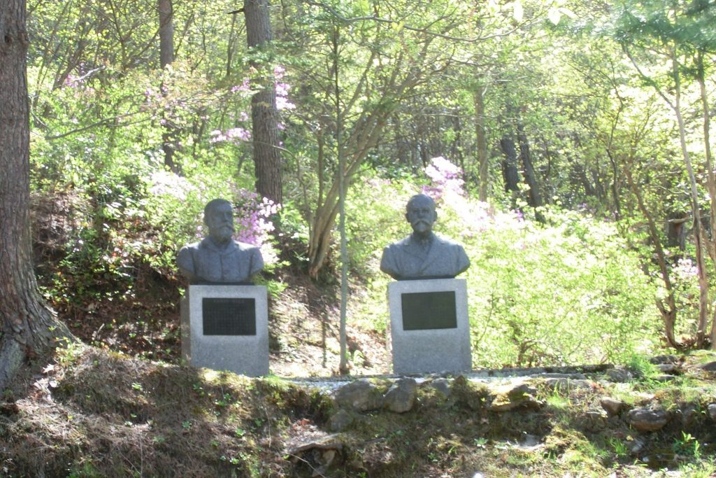 群馬県草津温泉西の河原ベルツ・スクリバ両博士胸像