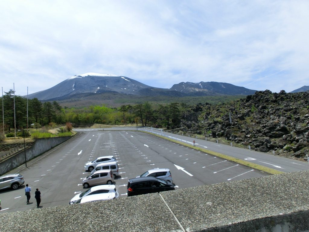 鬼押し出し園駐車場と浅間山