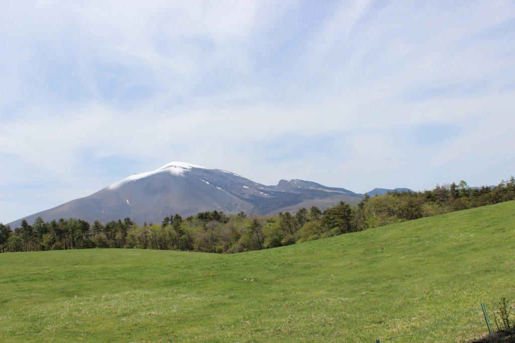 浅間牧場の雄大な草原と浅間山
