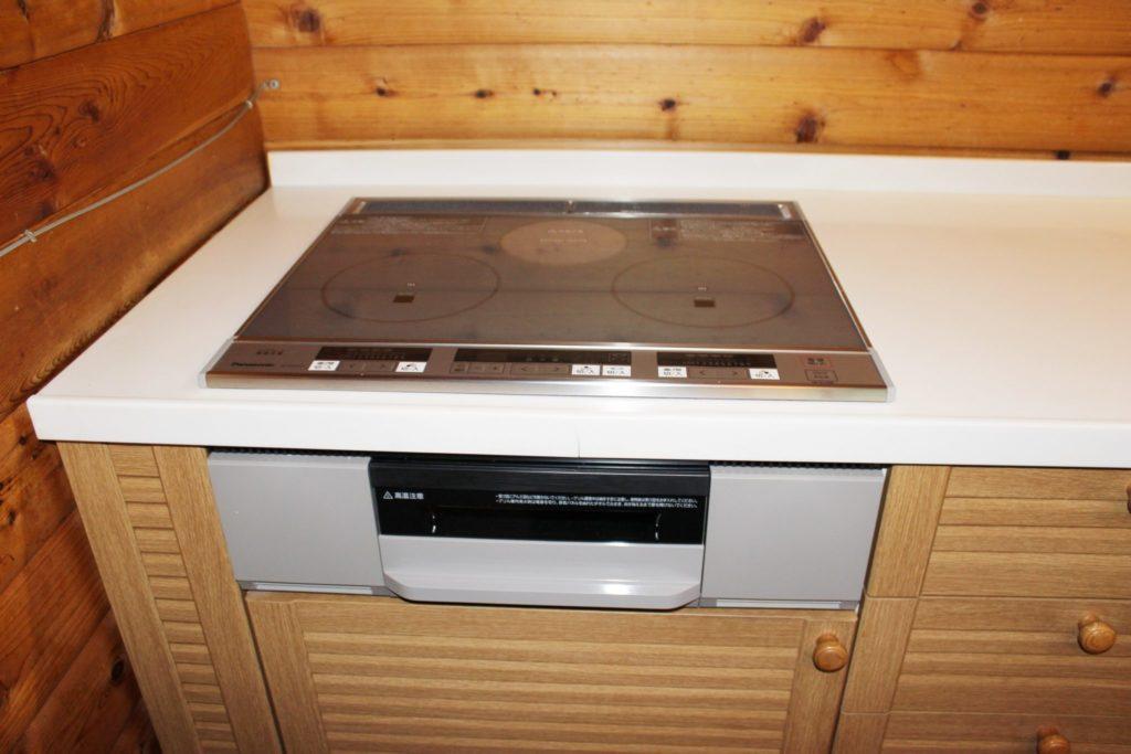 IHヒーター導入したログ調の「カール」のキッチン