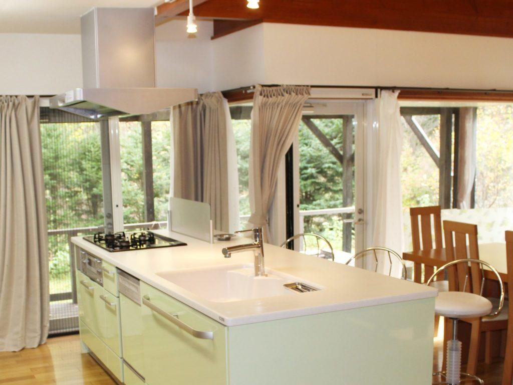 別荘「オーロラ」のオープンカウンターキッチン