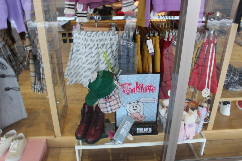 軽井沢アウトレット内のPINKLATTE(小中学生女子の人気ブランド)