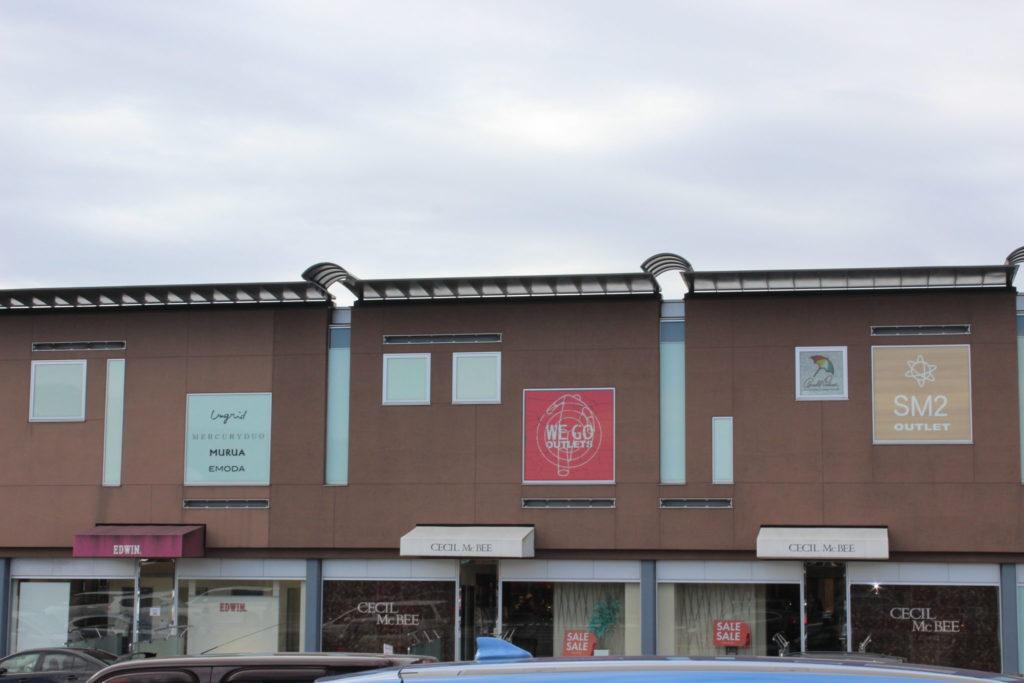 軽井沢アウトレット内のニューウェストの建物(P1駐車場近く)
