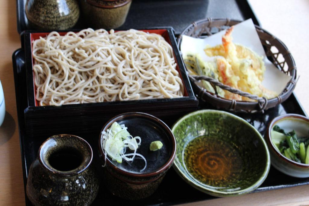 軽井沢アウトレット内の日本蕎麦屋「信州蕎麦処やまへい」のせいろそばと天天ぷら籠盛
