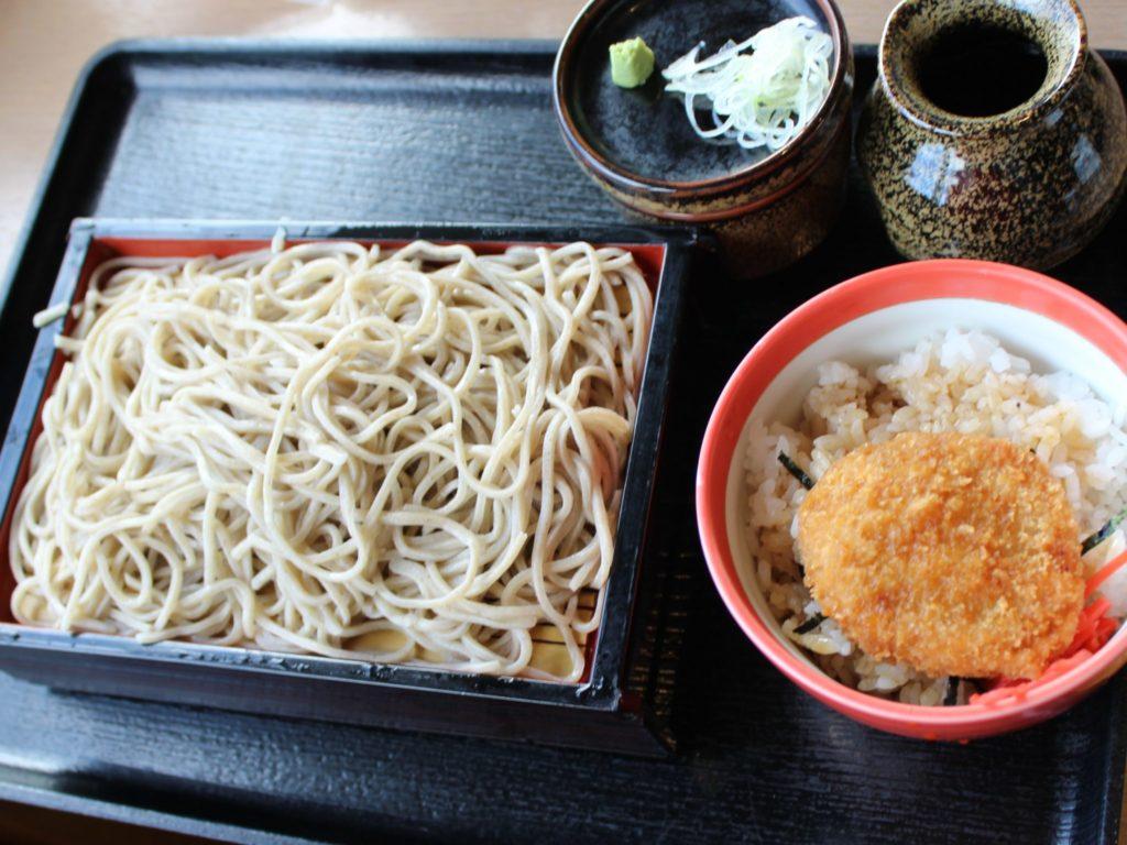 軽井沢アウトレット内の日本蕎麦屋「信州蕎麦処やまへい」のせいろそばとひれかつ小丼