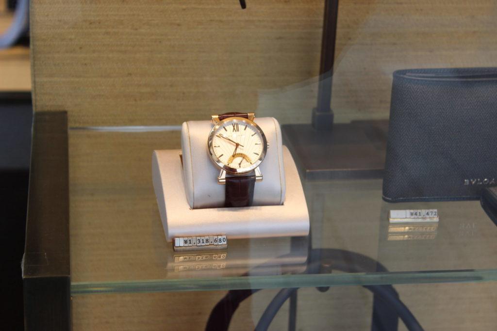軽井沢アウトレット内のガーデンモールエリアのブルガリのショーウインドウ(腕時計)