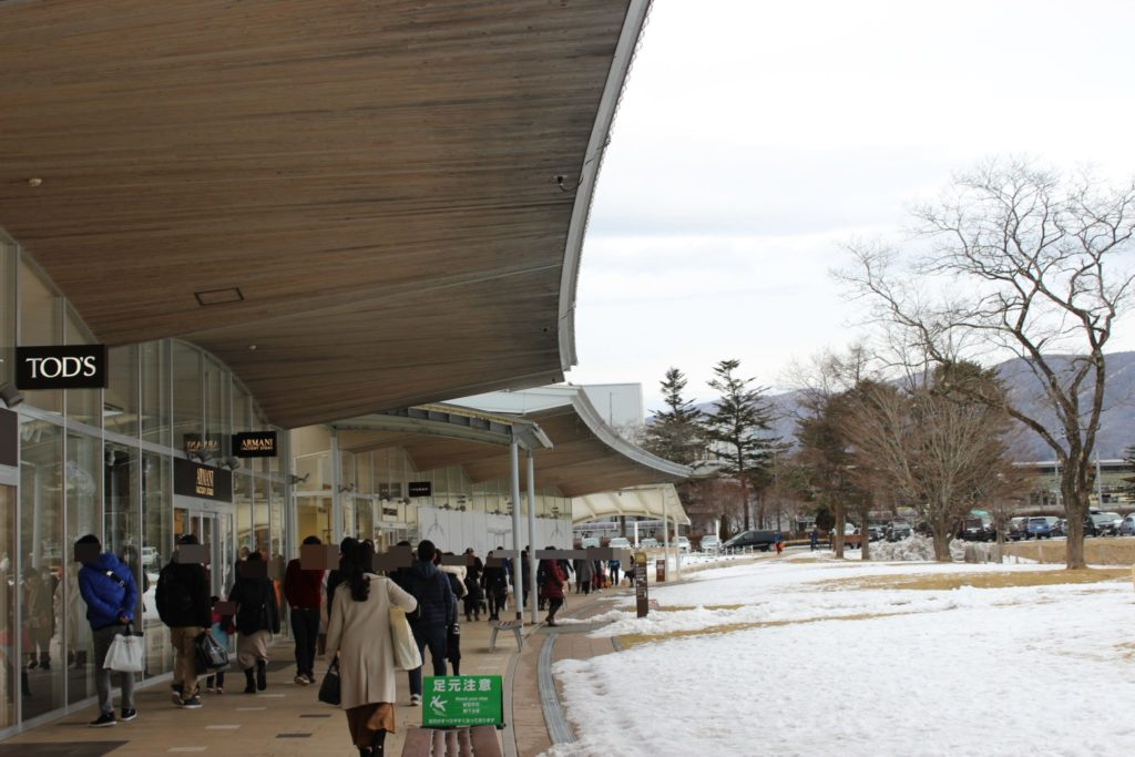 軽井沢アウトレット内のガーデンモールエリアの歩道