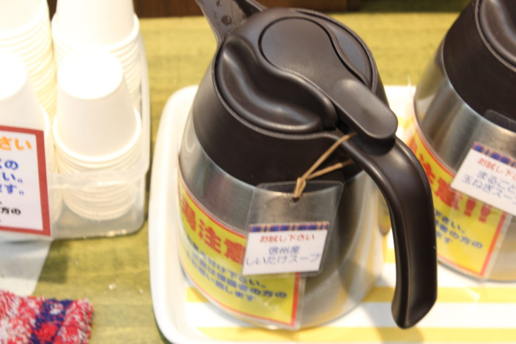 軽井沢アウトレットのニューウエストエリアの「ファーマーズギフト」のスープの試食