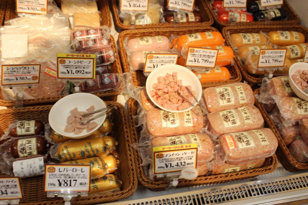 軽井沢アウトレットのニューウエストエリアの「ファーマーズギフト」店内にある「腸詰屋(ちょうづめや)」のハム