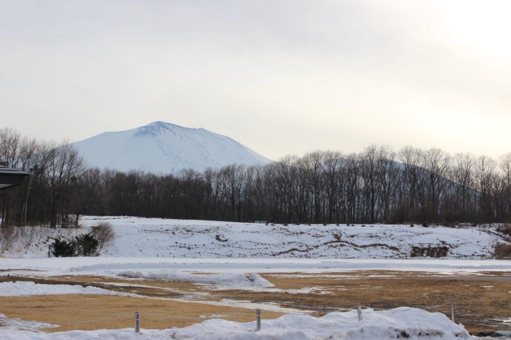 浅間山を眺める冬の浅間高原