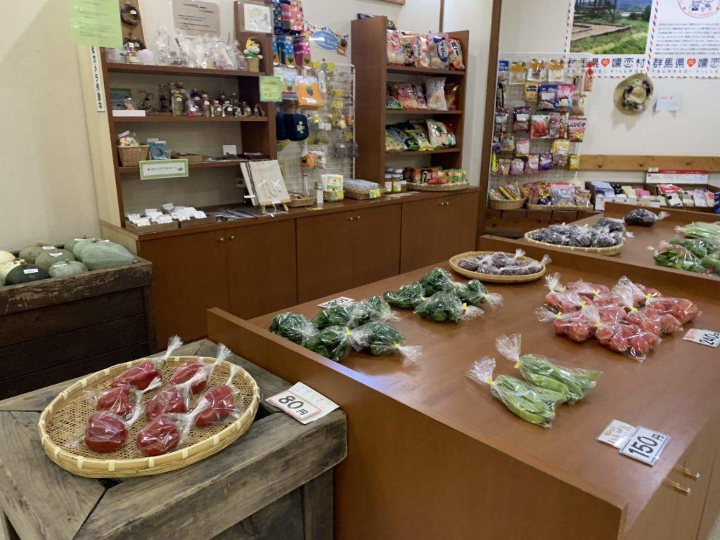 嬬恋高原温泉「つつじの湯」のフロントにて販売中の「お土産コーナー」