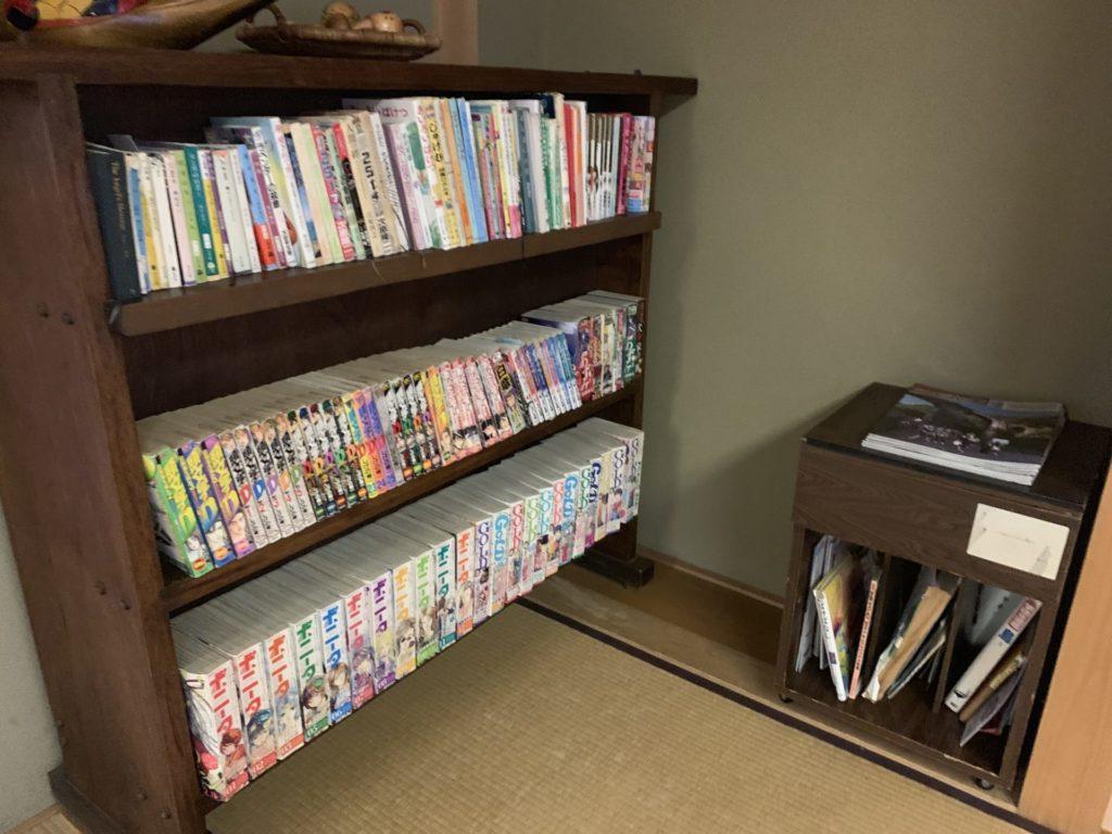 嬬恋高原温泉つつじの湯の休憩スペースにある漫画単行本や本