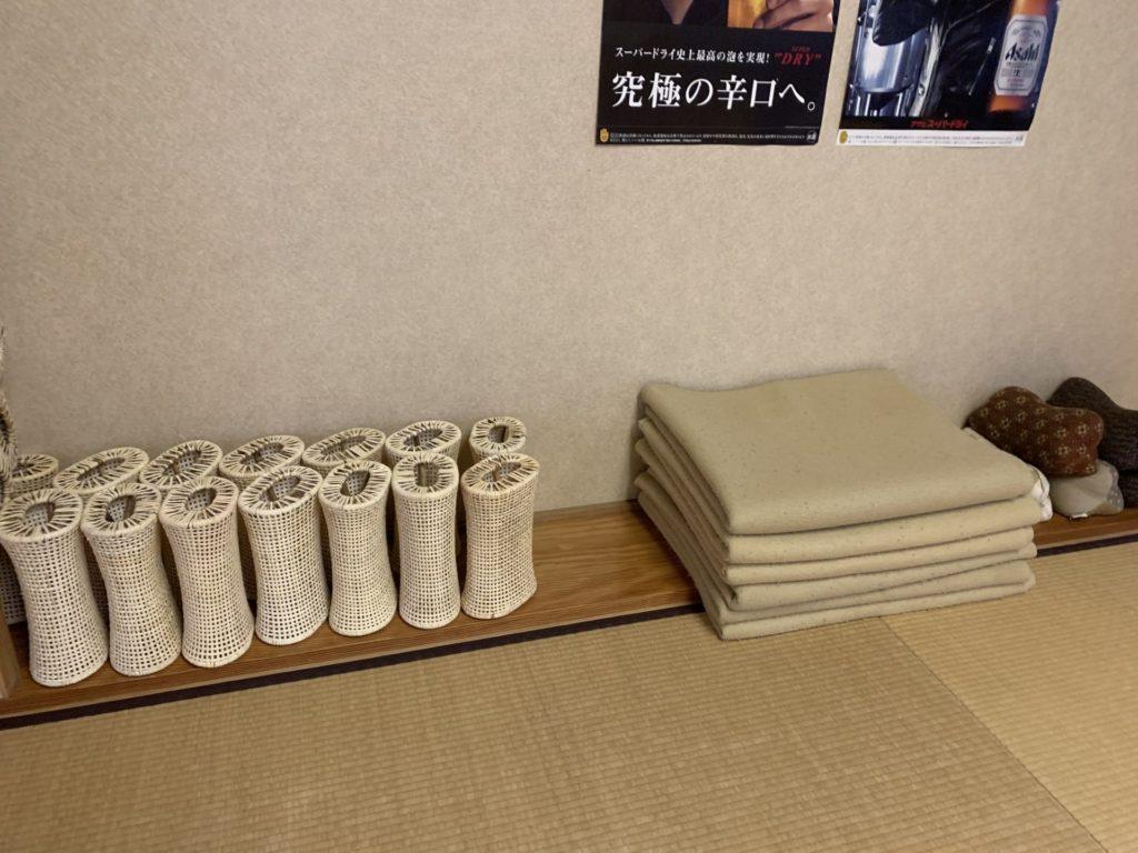 嬬恋高原温泉つつじの湯の休憩所にある自由に使えるブラケットや枕