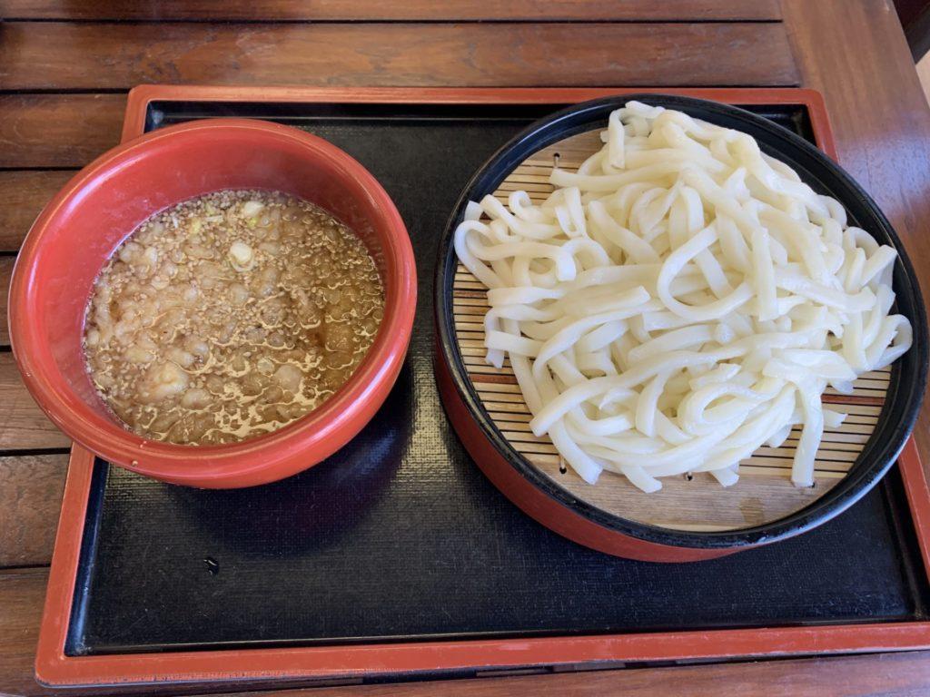 嬬恋高原温泉つつじの湯の施設内お食事処「つつじ苑」人気メニュー「しんちゃんうどん」