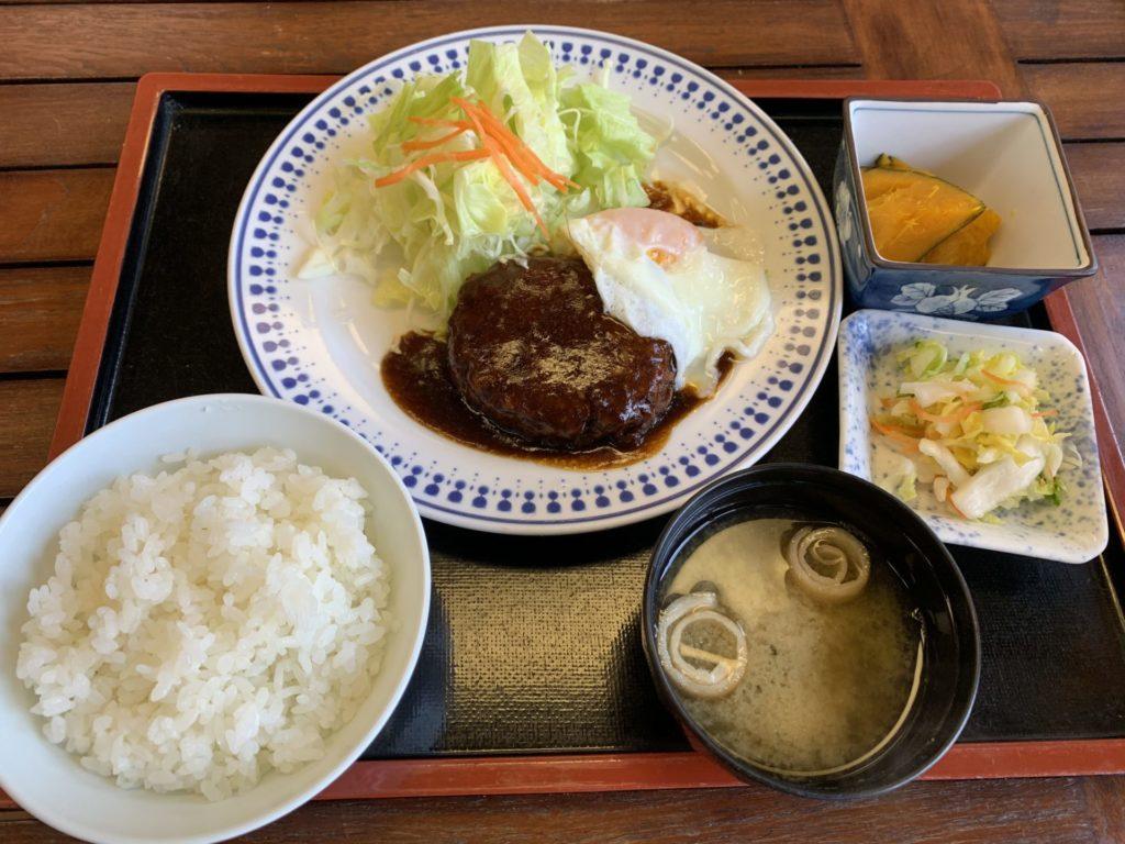 嬬恋高原温泉つつじの湯のお食事処「つつじ苑」のハンバーグ定食