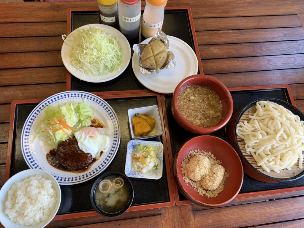 嬬恋高原温泉つつじの湯のお食事処「つつじ苑」のハンバーグ定食・しんちゃんうどん・クルミおはぎ・じゃがバター・キャベツの千切り