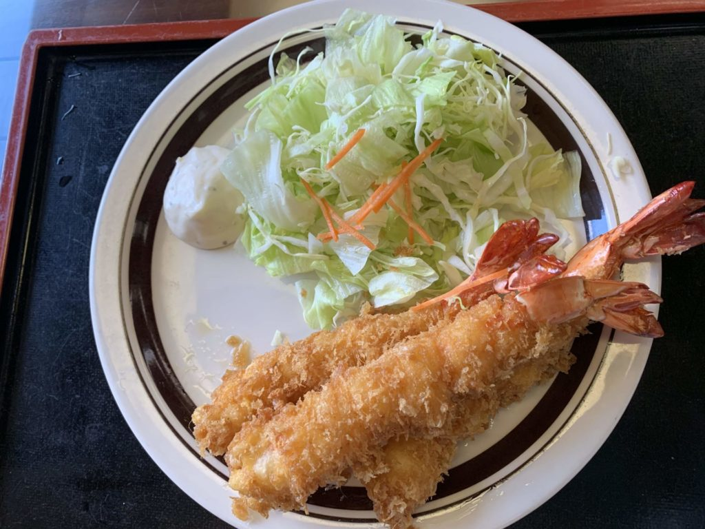 嬬恋高原温泉つつじの湯のお食事処「つつじ苑」のエビフライ定食